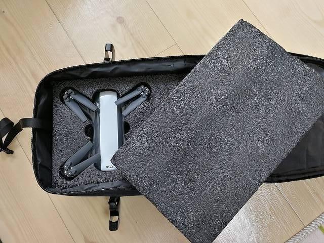 C-Fly DREAMのキャリングバッグに収納する途中の画像