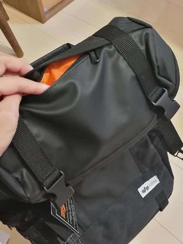 サンワダイレクト スクエアリュック 200-BAGBP004 のフラップ部分のポケットの画像