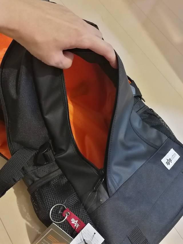 サンワダイレクト スクエアリュック 200-BAGBP004 のポケット画像PC外側ポケットは新幹線や飛行機チケットなど収納できる