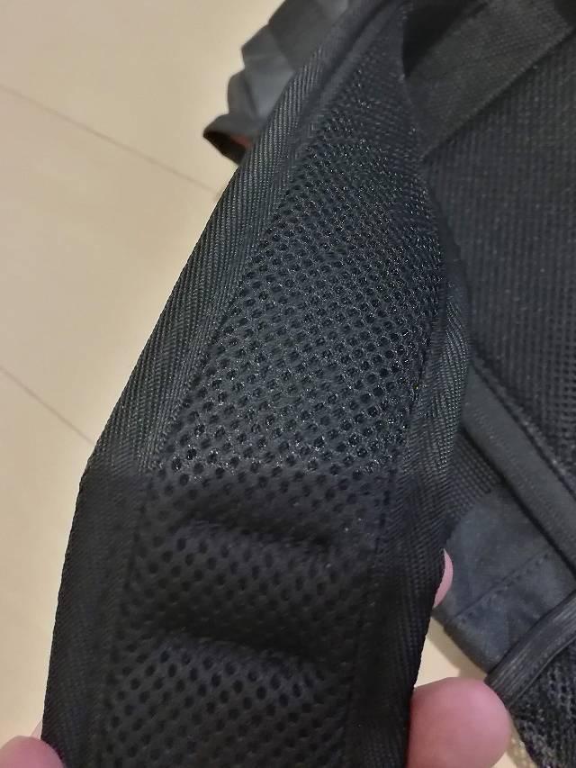 サンワダイレクト スクエアリュック 200-BAGBP004 のベルト部分はメッシュな画像