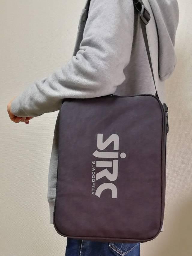 SJRC F11専用キャリングバッグを方からかけた画像
