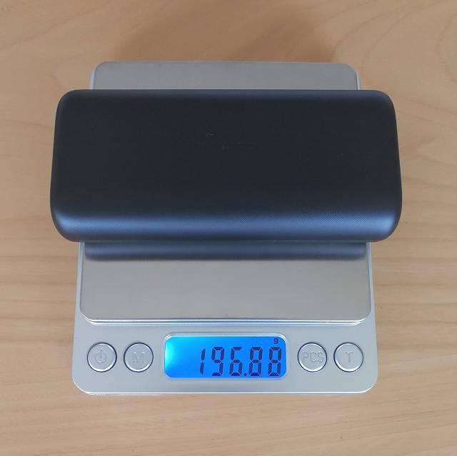 Anker PowerCore 10000 PD の重さを計測する画像