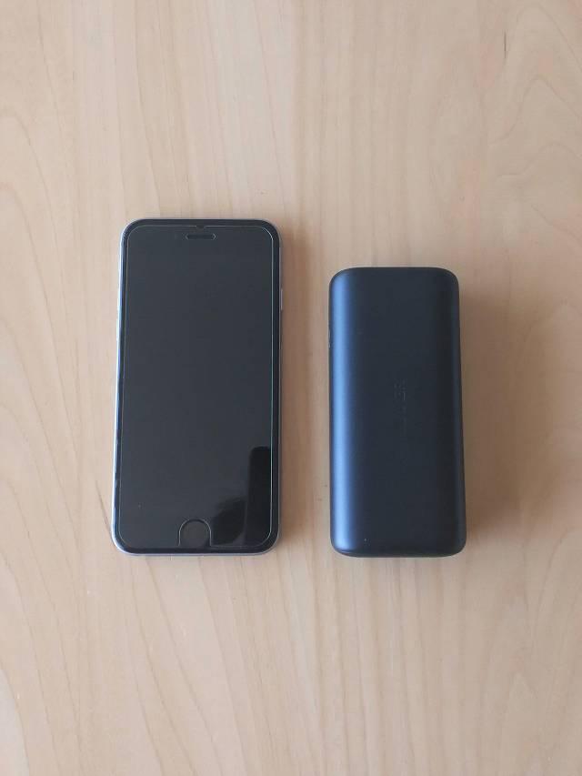 Anker PowerCore 10000 PD とiPhone6の大きさを比較する画像