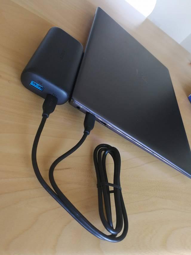 Anker PowerCore 10000 PD でノートPCを充電している画像