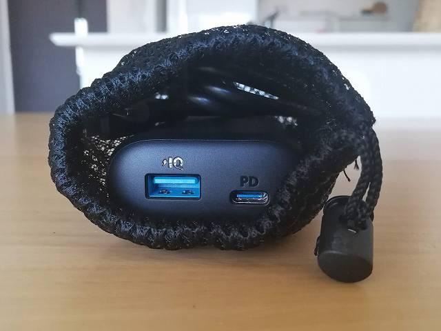 Anker PowerCore 10000 PD と付属の充電ケーブルはポーチに一緒に入ります。
