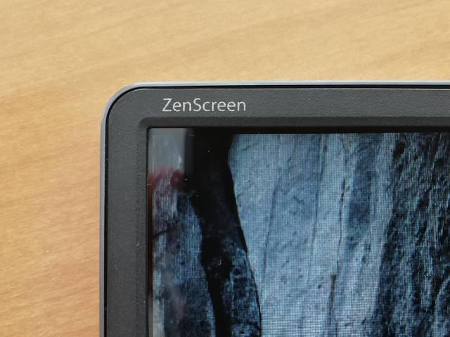 ASUS MB16ACの「ZenScreen」ロゴ部分の拡大画像