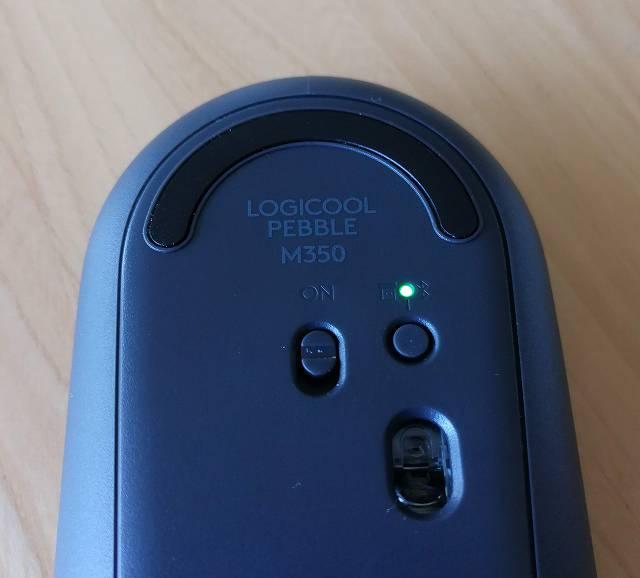 logicool Pebble M350 の裏面 レシバー待機状態のLED点灯画像
