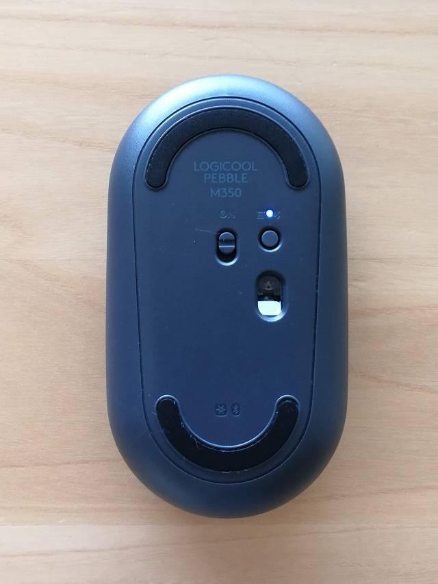 logicool Pebble M350 の裏面 Bluetooth待機状態のLED点灯画像