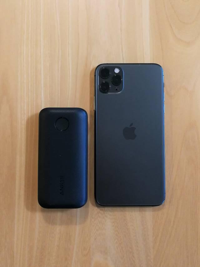 Anker PowerCore 10000 PD とiPhone 11 Pro Max を並べて大きさを比較している画像