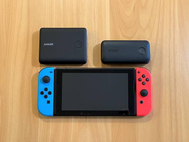 Anker PowerCore 10000 PD と Anker PowerCore 13400 Nintendo Switch Edition と ニンテンドースイッチ を並べて大きさを比較している画像
