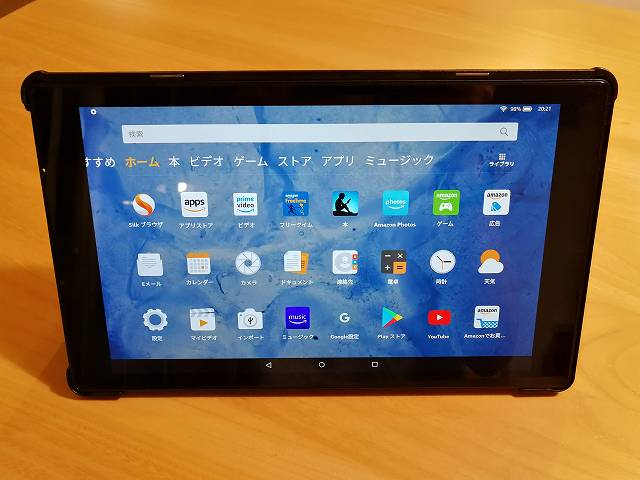 Amazon fire HD 10の社外製カバーを使ってスタンドモードにした様子の画像