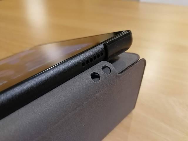 Amazon fire HD 10の社外製カバーのスピーカー部分には穴が空いている