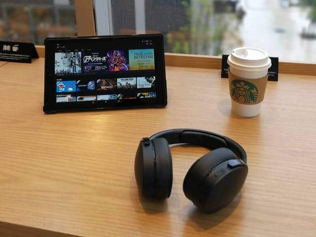 スタバでAmazon fire HD 10を使って動画を視聴している様子の画像