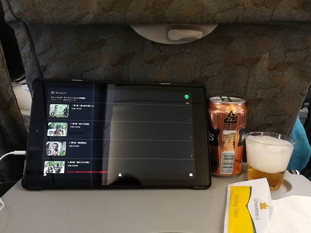 Amazon fire HD 10をつかって飛行機の機内で動画を楽しんでいる様子の画像