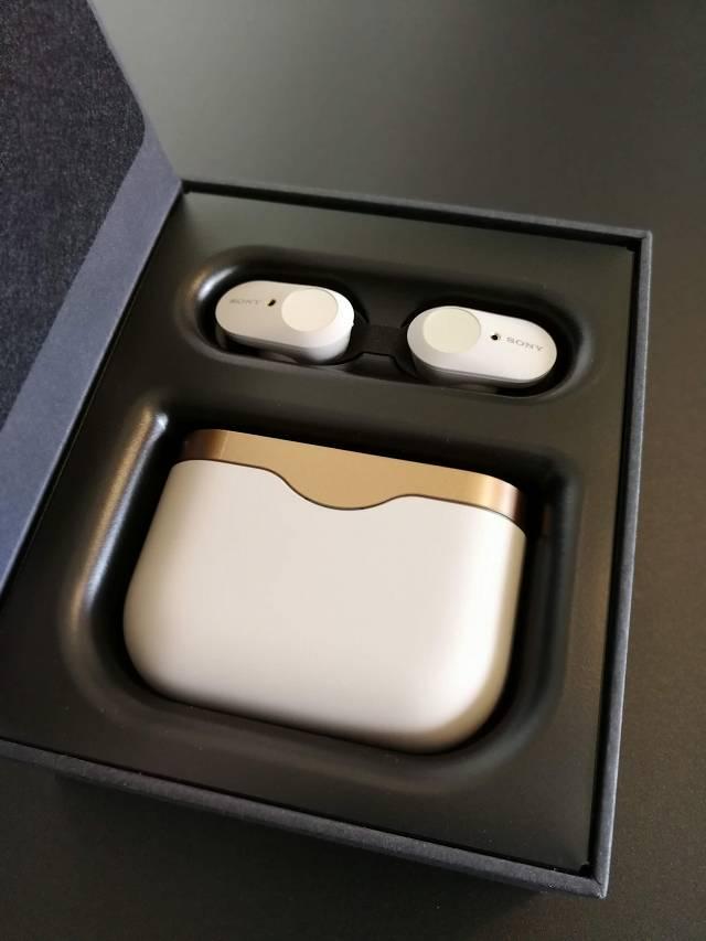 SONY WF-1000XM3 のイヤホンとケースが箱に収まっている状態の画像