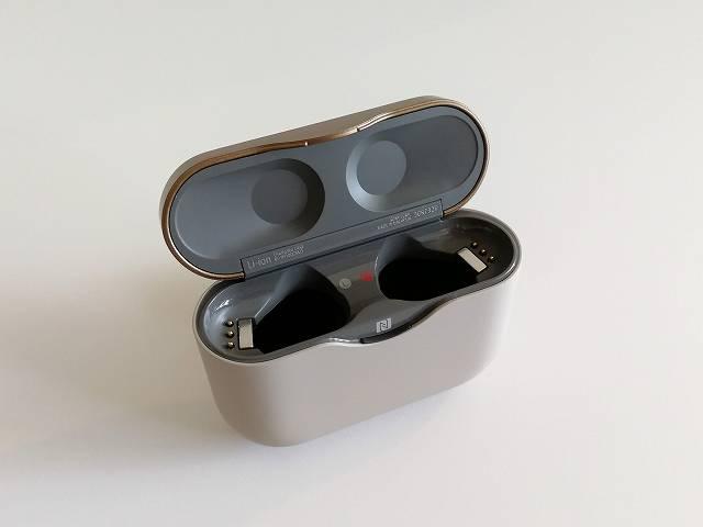 SONY WF-1000XM3 のケースのフタを開いた画像