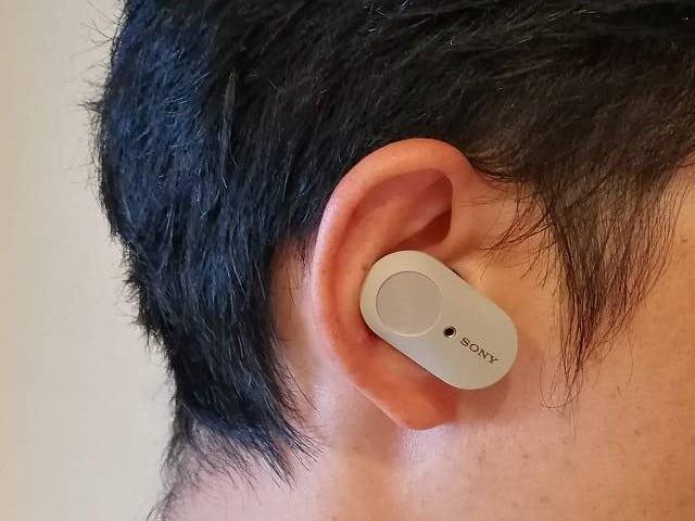 SONY WF-1000XM3 を耳に装着した状態の横からの画像