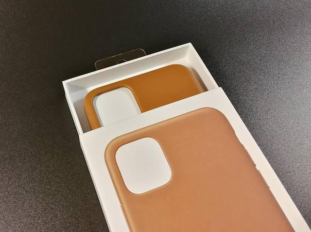 iPhone11 Pro Max Apple純正レザーケース サドルブラウンの外箱をスライドして開封している様子の画像
