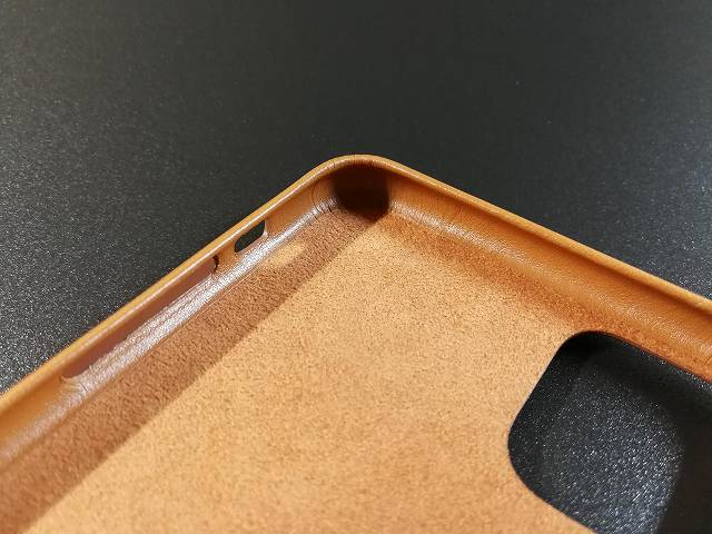 iPhone11 Pro Max Apple純正レザーケース サドルブラウンの内側角部分仕上げの画像
