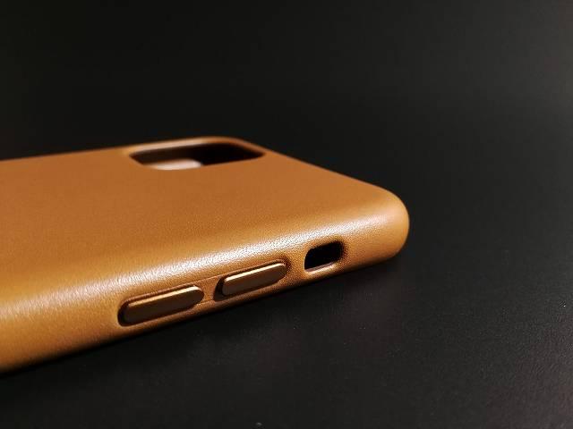 iPhone11 Pro Max Apple純正レザーケース サドルブラウンの音量ボタン部分の画像