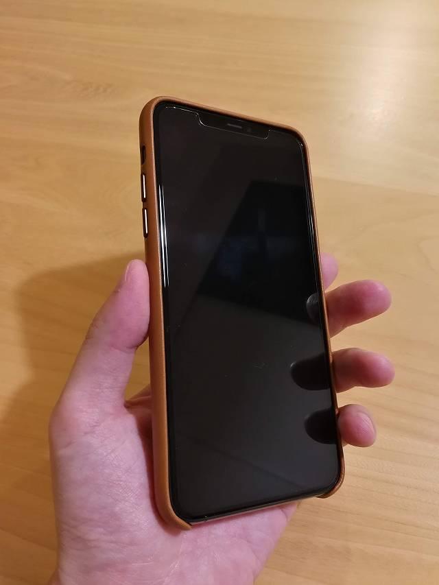 iPhone11 Pro Max Apple純正レザーケース サドルブラウンを装着した画像 手に持った様子