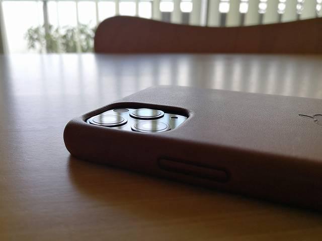 iPhone11 Pro Max Apple純正レザーケース サドルブラウンを装着した状態のカメラ部分拡大画像