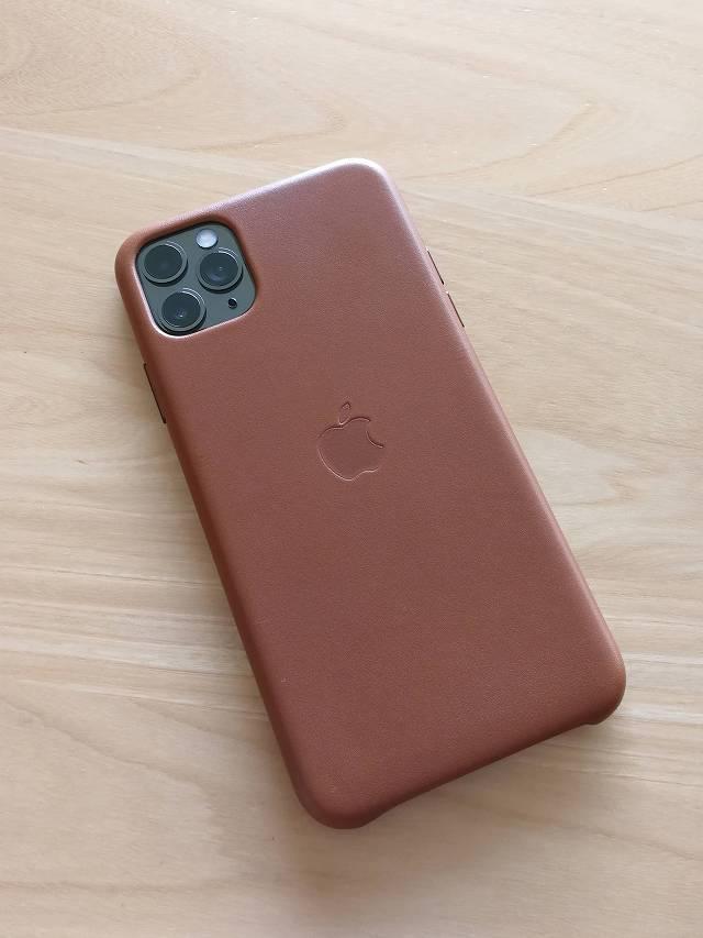 iPhone11 Pro Max Apple純正レザーケース サドルブラウンを装着した画背面像