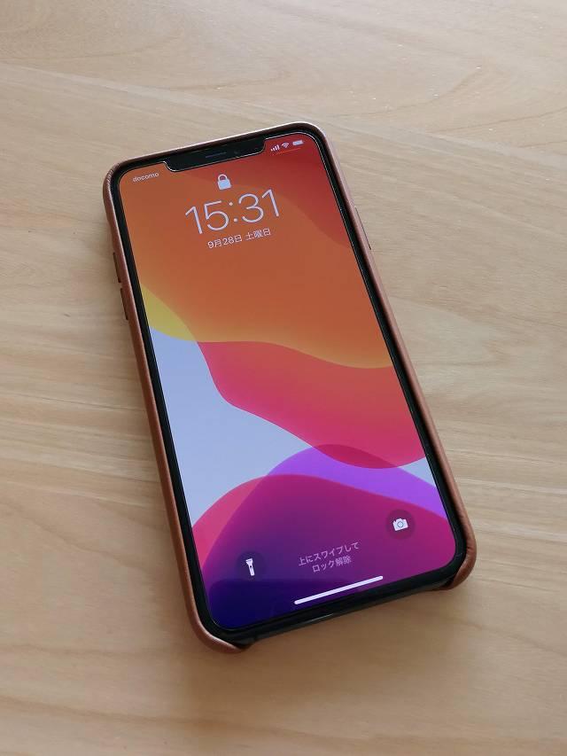 iPhone11 Pro Max Apple純正レザーケース サドルブラウンを装着したディスプレイ側画像