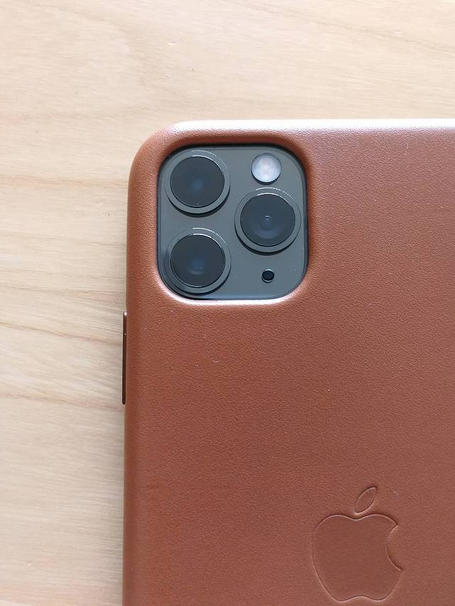 iPhone11 Pro Max Apple純正レザーケース サドルブラウンを装着した状態のカメラ部分画像