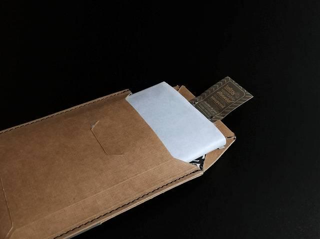 ベルロイノートスリーブウォレットは丁寧に包装紙に包まれている画像