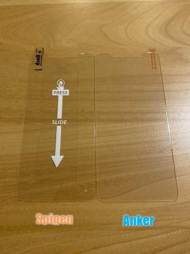 Anker GlassGuard と Spigen AlignMasterの形状を比較している画像