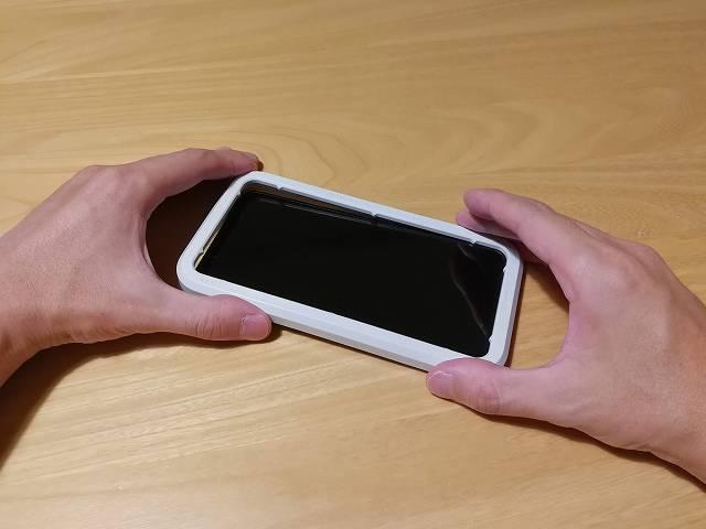 iPhone 11 Pro Maxにガイドフレームをセットしている画像