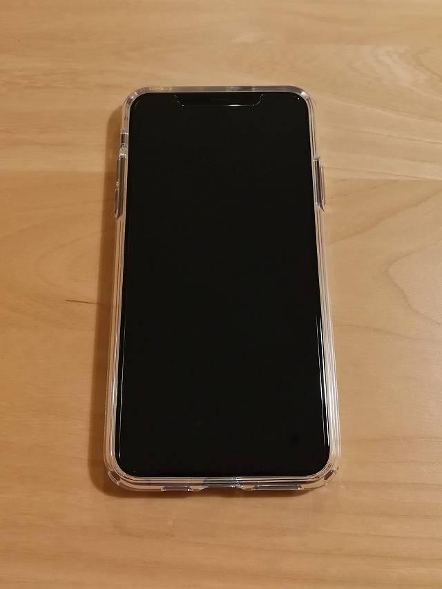 Spigen iPhone 11 Pro Max ケース クリスタル・クリアをiPhoneに装着した画像ディスプレイ側