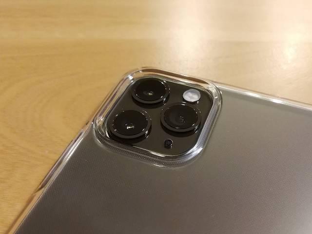 Spigen iPhone 11 Pro Max ケース クリスタル・クリアをiPhoneに装着した画像カメラ付近