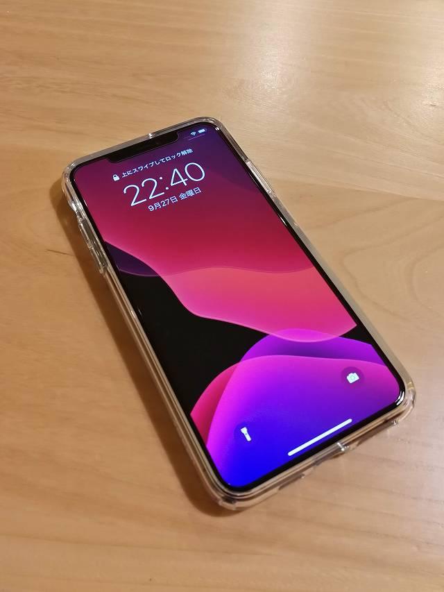 Spigen iPhone 11 Pro Max ケース クリスタル・クリアをiPhoneに装着した画像ディスプレイONの状態