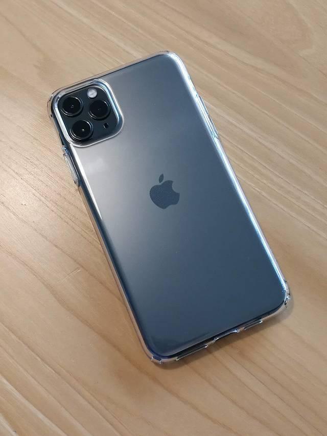 Spigen iPhone 11 Pro Max ケース クリスタル・クリアをiPhoneに装着した画像背面側
