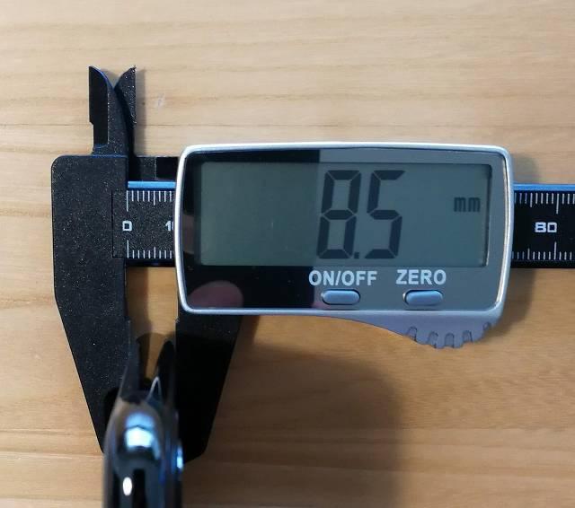 iPhone 11 Pro Maxの厚みを計測している画像
