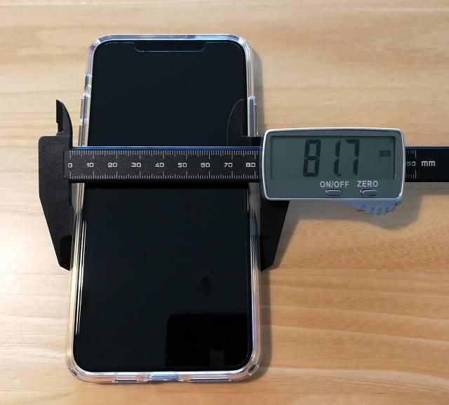 Spigen iPhone 11 Pro Max ケース クリスタル・クリアをiPhoneに装着した状態で横幅を計測している画像