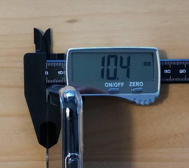 Spigen iPhone 11 Pro Max ケース クリスタル・クリアをiPhoneに装着した状態で厚みを計測している画像