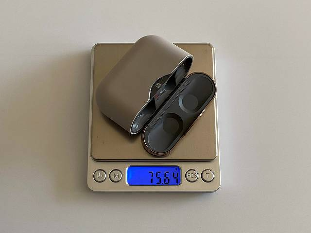 WF-1000XM3のケースの重さを計測している画像