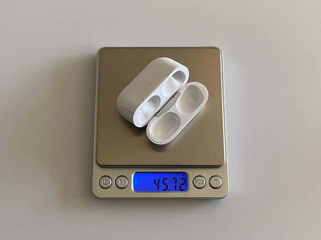 AirPods Proのワイヤレスチャージングケースの重さを計測している画像