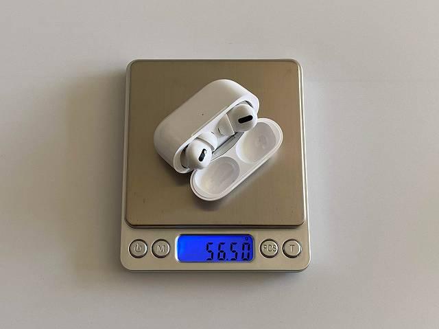 AirPods Proのイヤホンをケースに入れた状態での総重量を計測している画像
