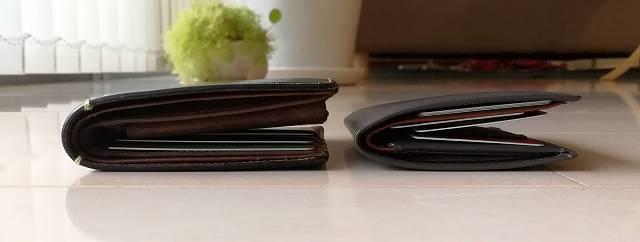 ベルロイノートスリーブウォレットとCOACHの財布の厚みを比較した画像