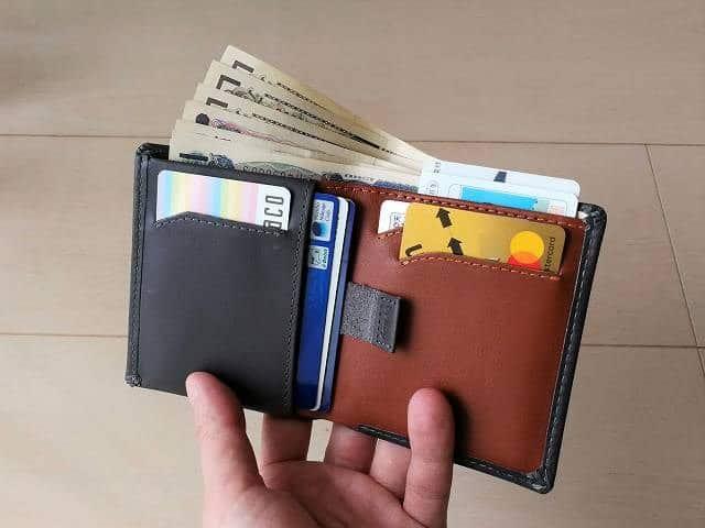 ベルロイノートスリーブウォレットにカードやお札を収めた画像