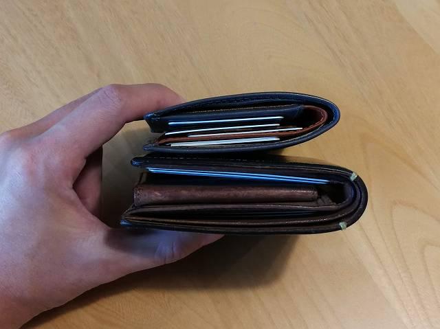 ベルロイノートスリーブウォレットとCOACHの財布を重ねて厚みを比較した画像