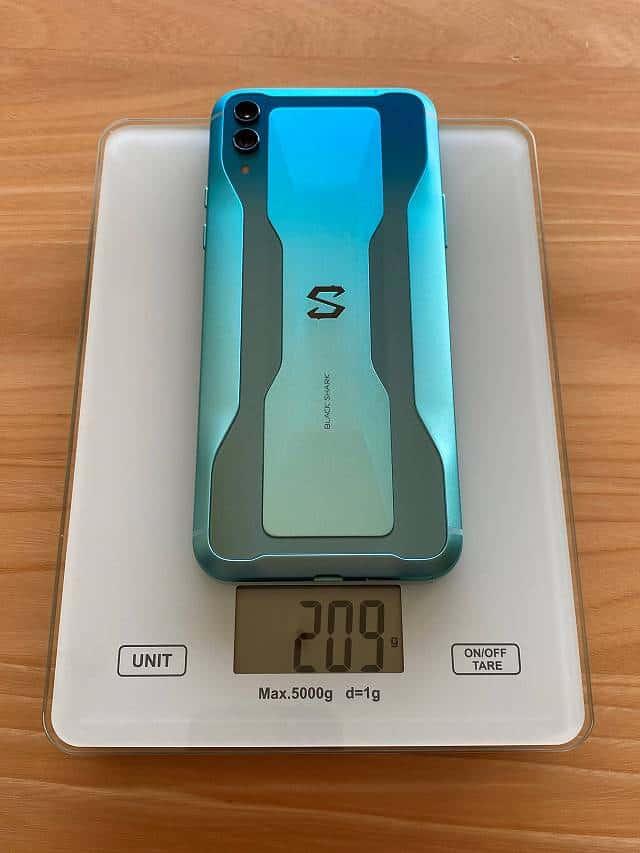 BlackShark2の重量を計測している画像