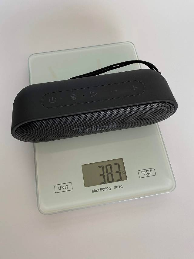 Tribit XSound Goの重量を計測している画像