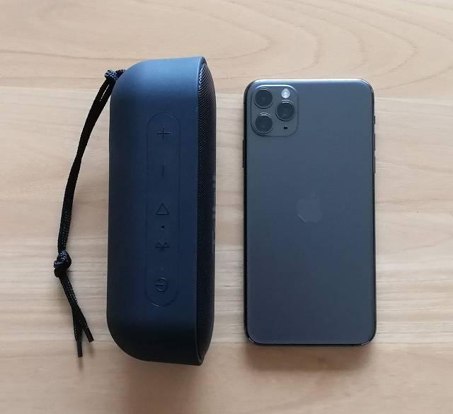 Tribit XSound GoをiPhone 11 Pro Maxと大きさを比較したときの画像