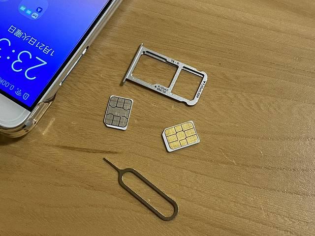 Nomad SIM PripaidをDSDV対応のスマホにセットする画像