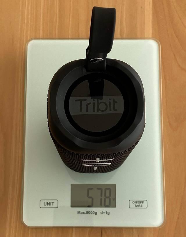 Tribit Stormboxの重さを計測している様子の画像